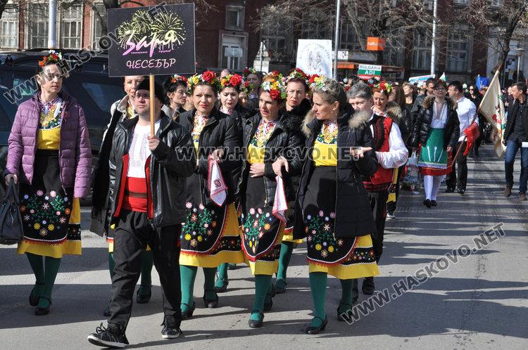 """1300 на """"Хайдушка софра"""" в Хасково, занаятчии показват майсторлъка си"""