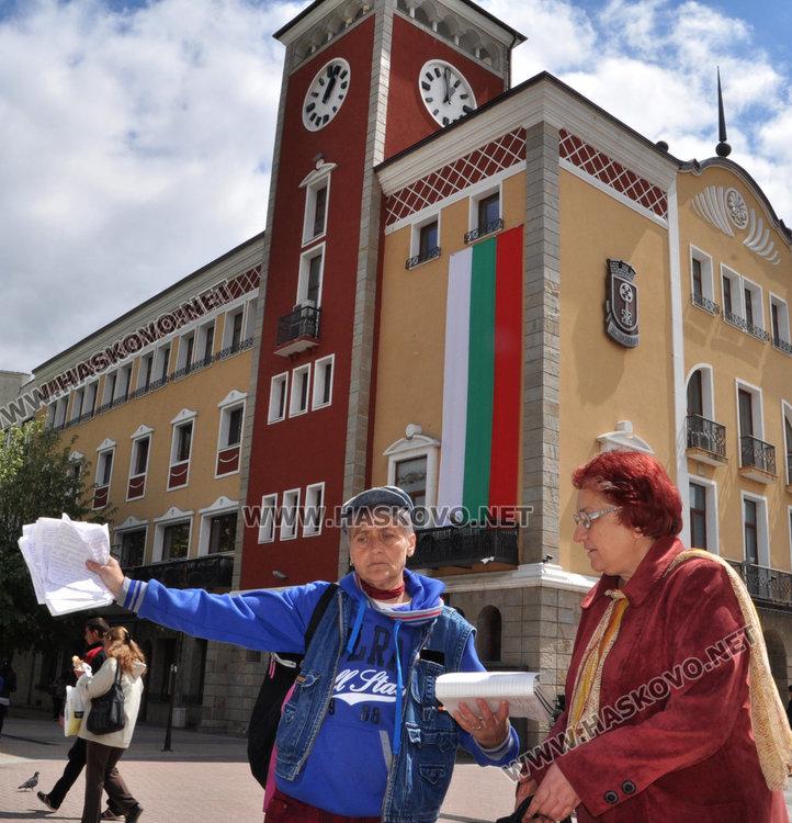 Адриана Ковачева (вляво) с подписката пред общината