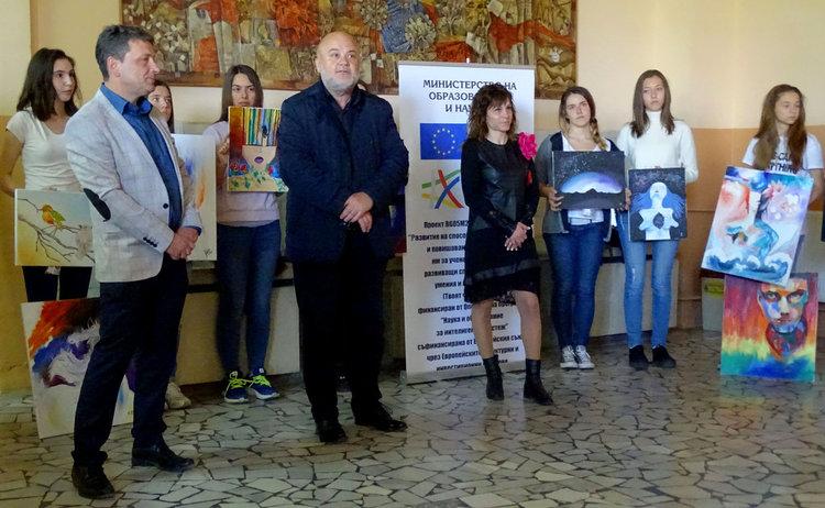 25 ученици от Езиковата подредиха изложба от мечти