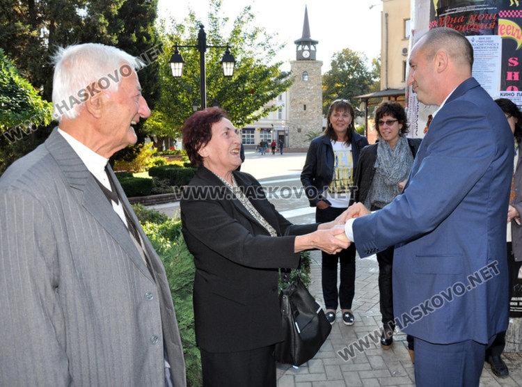 Президентът ген. Радев с класната си Стефана Сивова и директорът, окачил му златното отличие от Математическата гимназия Дойчо Кръстев