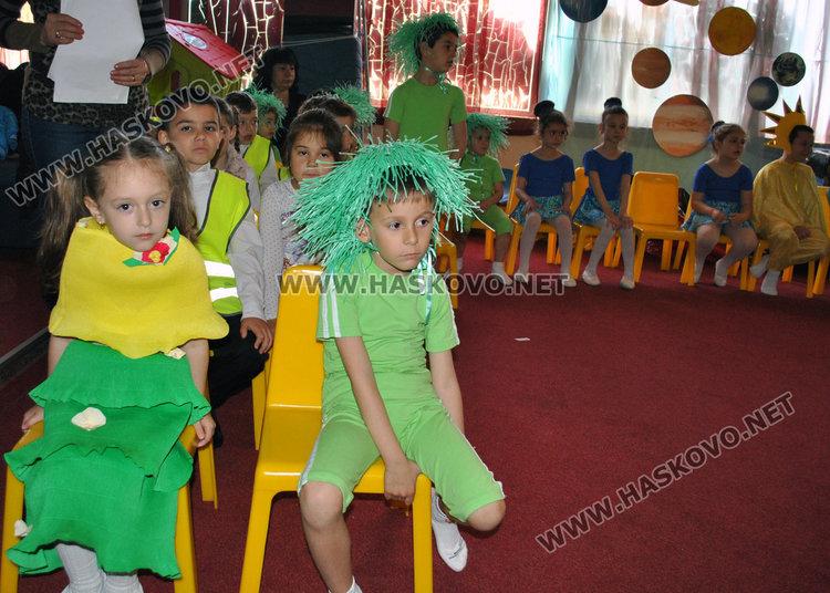 """Деца от """"Слънце"""" направиха екоспектакъл за Деня на Земяната"""