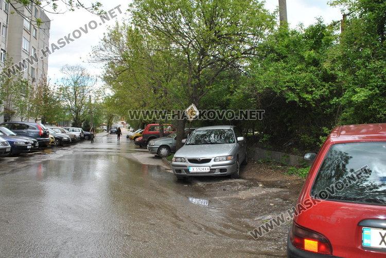 """Авария в двора на """"Любен Каравелов"""", спряха водата в района"""