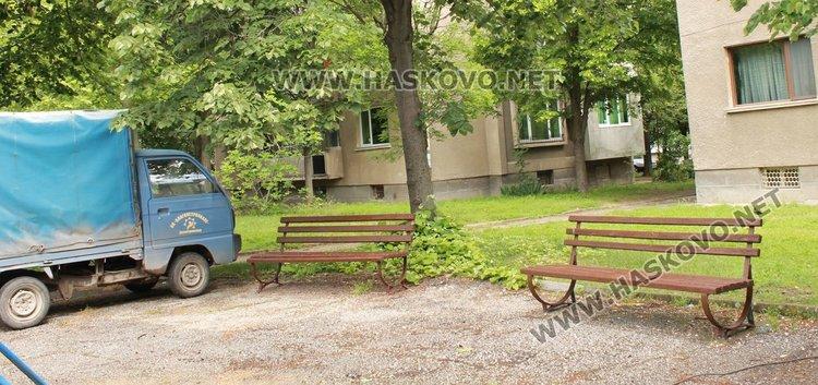 Освежаване са претърпели и пейките в парка, които в момента са кафяви