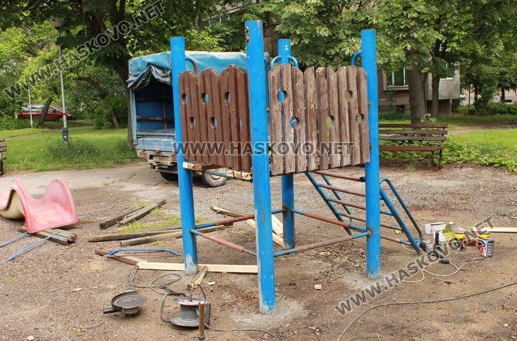 """Живеещи в района на парка до детска градина """"Приказка"""" в Димитровград са недоволни от монтираната там стара пързалка"""