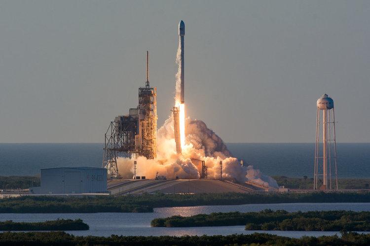 SpaceX успешно изведе в орбита 6-тонен сателит (видео)