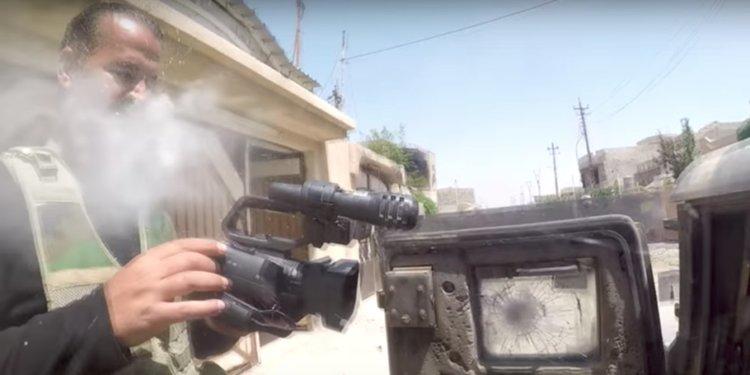 Камерата спаси живота на журналист, като пое изстрел от снайпер на Ислямска държава (видео)