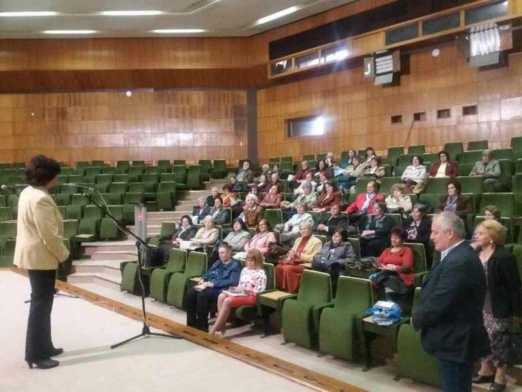 По традиция, кметът Мелемов изрази признателността си към учителите ветерани в навечерието на 24 май