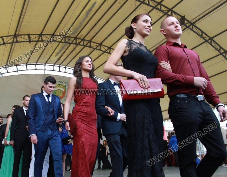 """52 -ма зрелостници от СУ """"Любен Каравелов"""" преминаха по червения килим"""