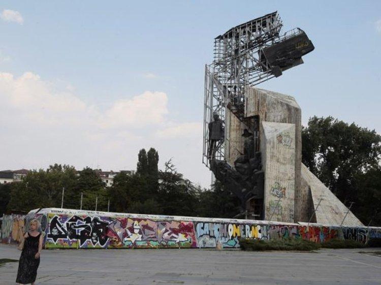 Махат паметника пред НДК през лятото