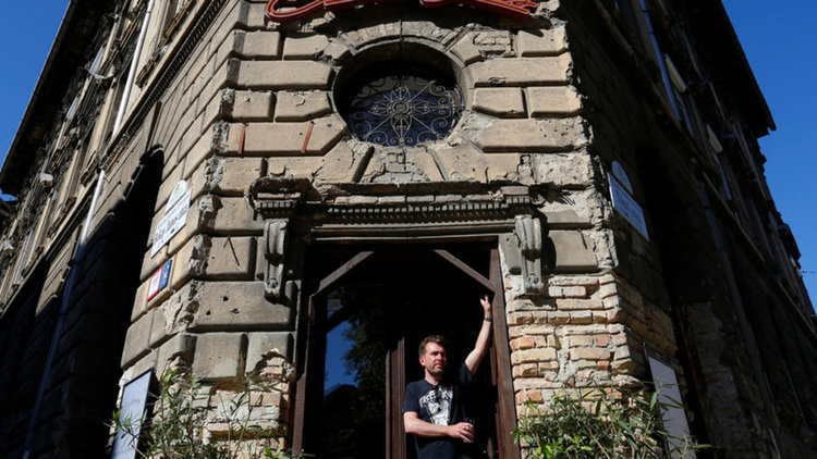 Имре Молнар пред кафенето си в Будапеща
