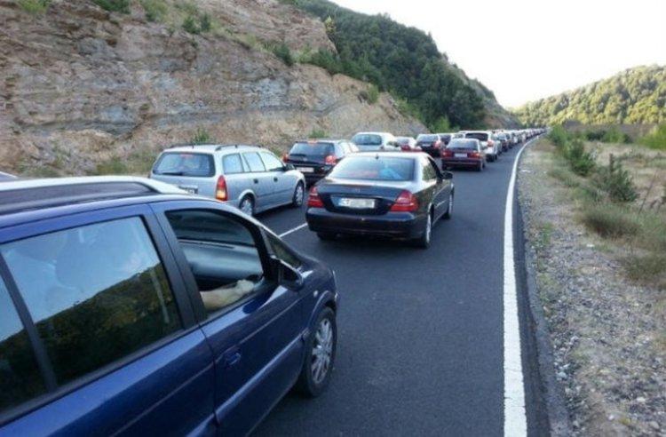 ГКПП-Маказа: Колона от чакащи коли километър и половина