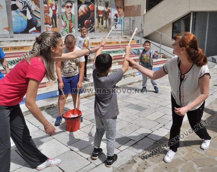 """Наплив за """"Забавно лято"""" на Младежкия център, 50 деца чакат в резерв"""