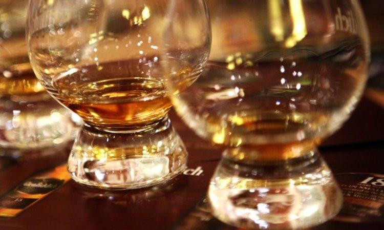 Кръстено уиски и водка-менте по морето