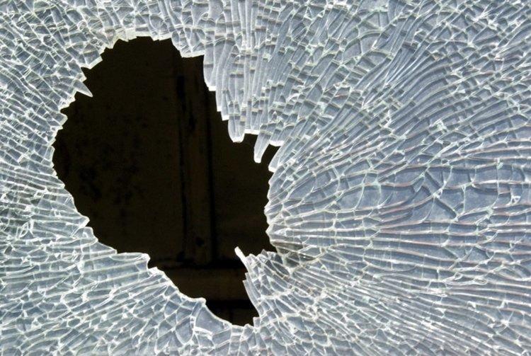 Хлапак потроши прозорците на селска къща