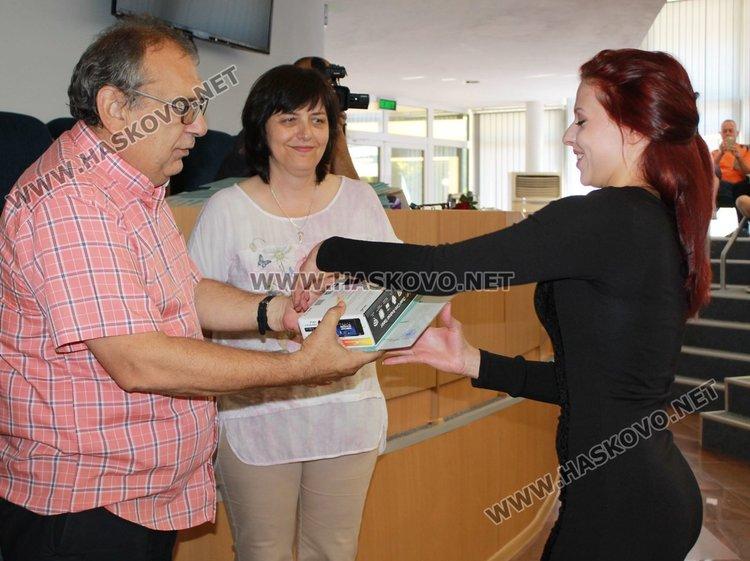Първенец на випуска е Бояна Иванова, обяви директорът на училището Валентин Христов