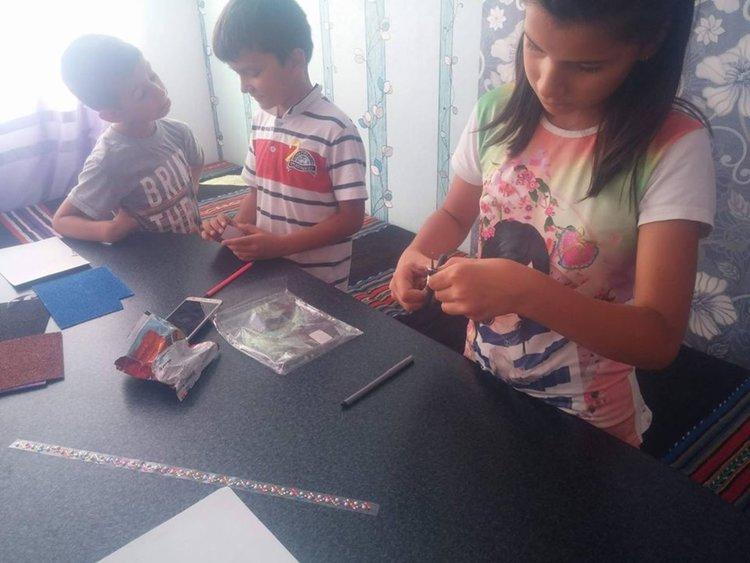 Децата от читалището изработват и медальон на Луна