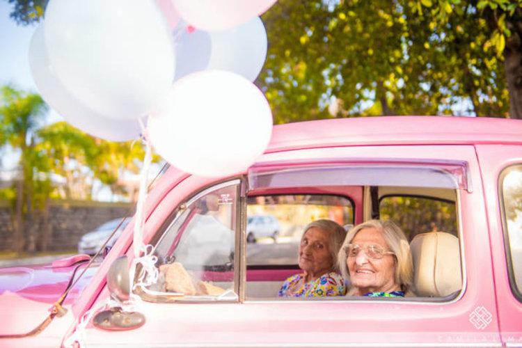 Близначки столетнички с фотосесия за рождения си ден