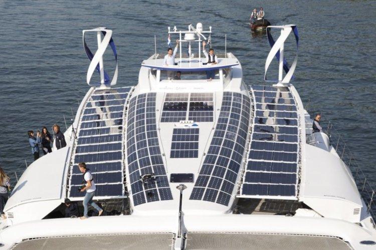 Кораб със собствени енергийни източници тръгва около света