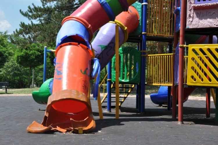Общината търси съдействието на полицията за опазването на детските площадки от вандали