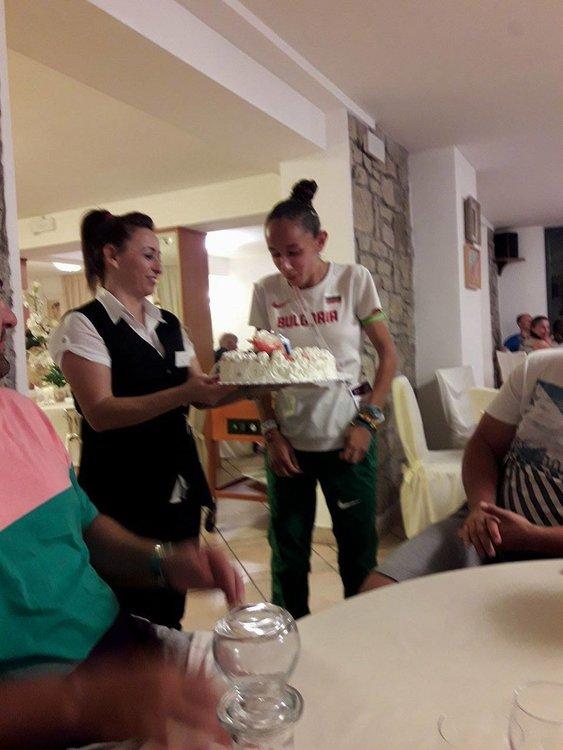 Специалната торта от ръководството за Лили по случай 17-тия ѝ рожден ден
