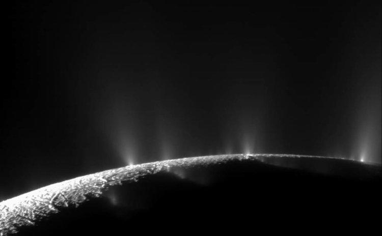 Драматични струи вода и лед, изхвърляни над южния полярен район на луната на Сатурн Енцелад. Касини откри знаци за струите при първото доближаване на космическия кораб до ледената луна на 17 февруари 2005 г.  Сн.: НАСА / JPL / Космически научен институт CC