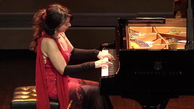 Това трябва да се види! Пианистка продължи да свири под сцената (видео)