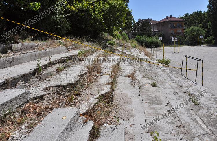 """Подпорна стена рухна в двора на училище""""Паисий"""", спортната площадка пропада"""