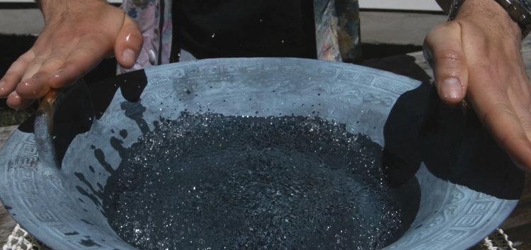 Над древна китайска пееща купа левитират водни капки (Slow Motion видео)