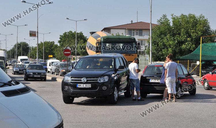 Чужденци се блъснаха на Кържалийска и затапиха входа на Хасково