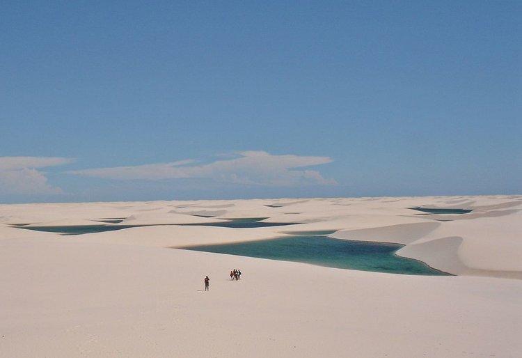 Сини лагуни сред пустинни пясъчни дюни (видео)