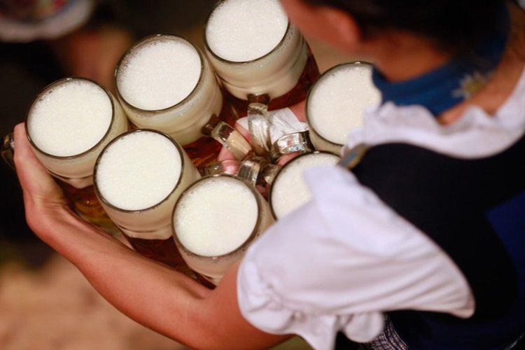 Глоба чака сервитьорка, дала напитки на непълнолетни момчета