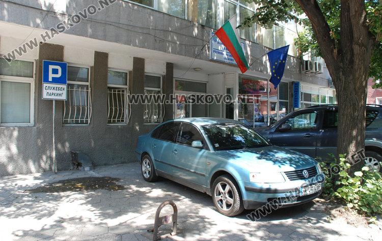 Екоинспекцията в Хасково с незаконен служебен паркинг на тротоара