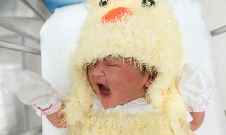 Китайка роди, прати бебето си в приют с... куриер