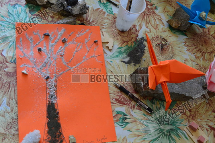 """Това са птици и """"дърво на живота"""" изработено от децата, с които работят Сузи и Сиси"""
