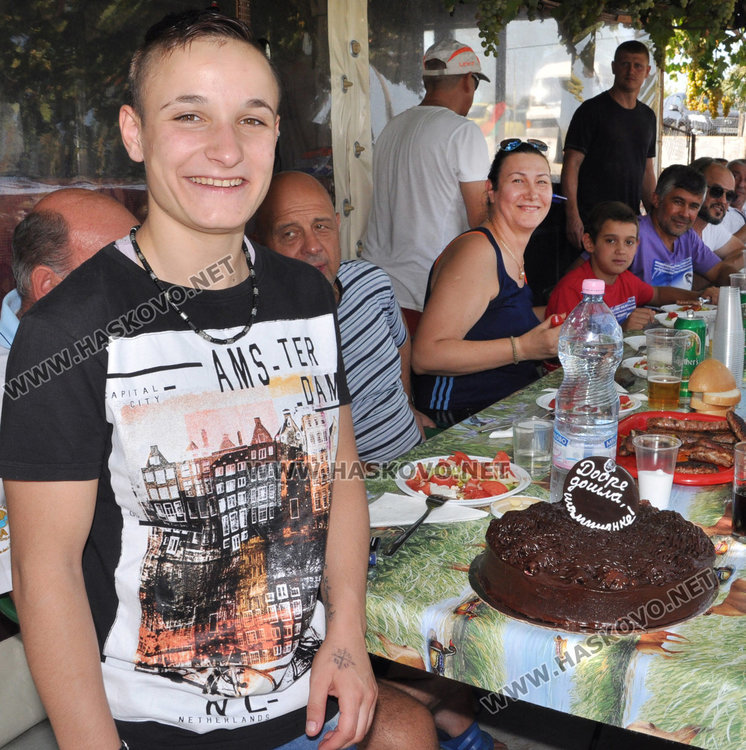 Посрещнаха световната вицешампионка с печено теле и торта
