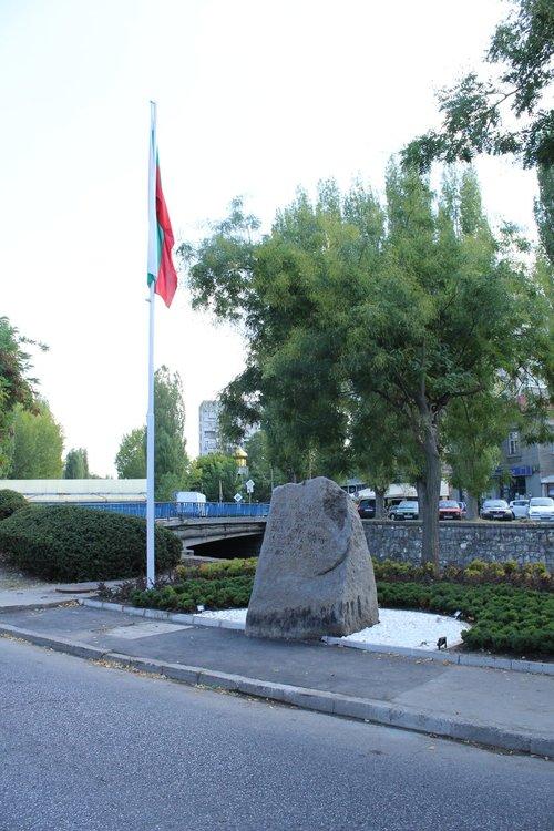 Паметникът на Освобождението осветен през нощта след ремонта