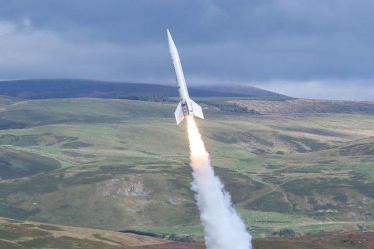 Великобритания изстреля най-голямата си ракета (видео)