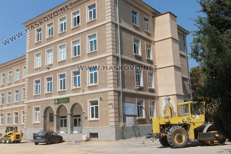"""Заради ремонта в двора на Езиковата гимназия учебната година ще бъде открита на входа на парк """"Вапцаров"""""""