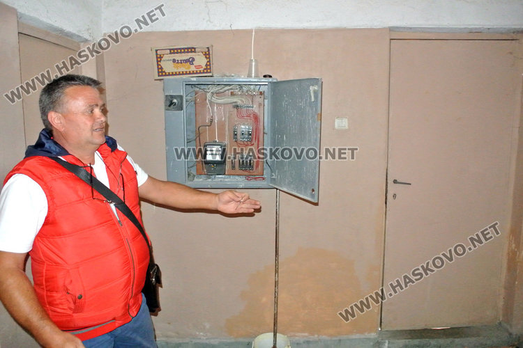 Кметът Красимир Бойчев показва таблото, от което излизат кабели за кафемашината