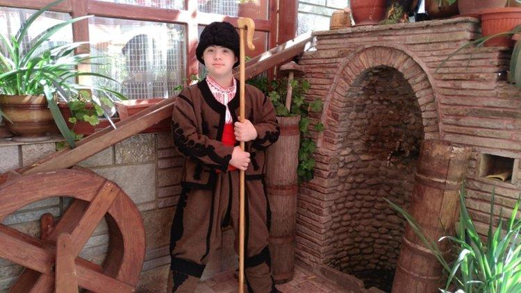 Александър Венциславов Руженов е на 14 години от село Оряховец, община Баните