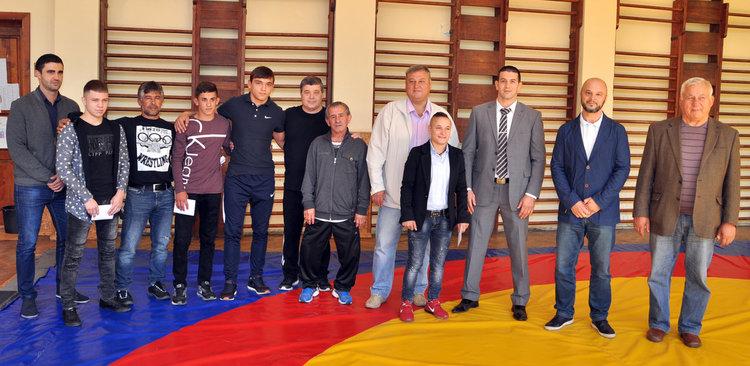 Федерацията по борба награди четирима медалисти от Европейското и треньорите им