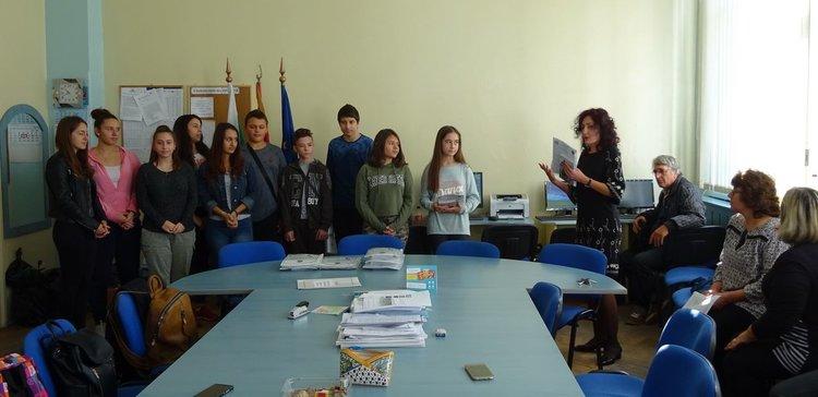 Учениците поздрави директорът на училището Илияна Славова
