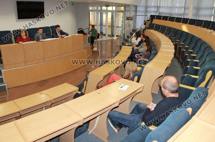 При слаб интерес премина общественото обсъждане за нов кредит, който има намерение да тегли Община Димитровград, за да модернизира учичното осветление на града