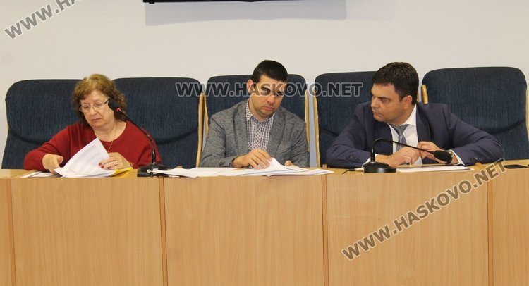 Гл.финасист на общината Татяна Ванчева, Тервел Златев от фирмата извършилра мониторинга и кметът Иво Димов