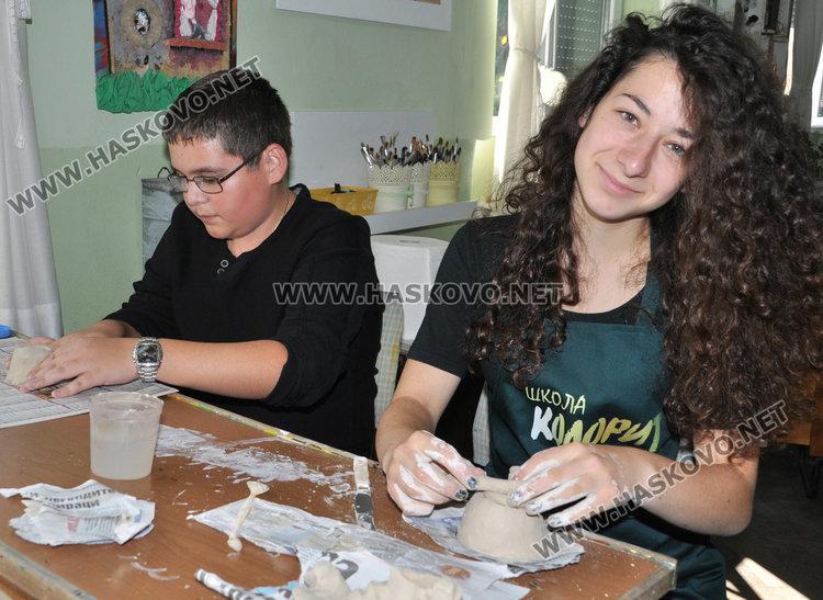 """В школа """"Колорит"""" започнаха занимания с керамика, готвят изложба"""
