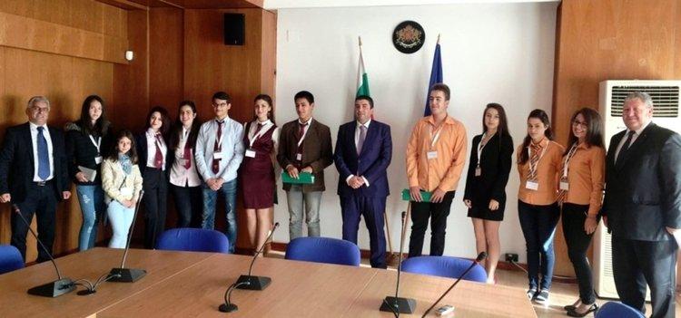 Ученици от Смолян управляват за ден областната администрация
