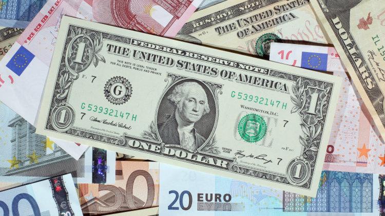 Доларът леко се покачва към еврото и йената