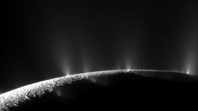 ледените гейзери на полюса на Енцелад. Сн. НАСА