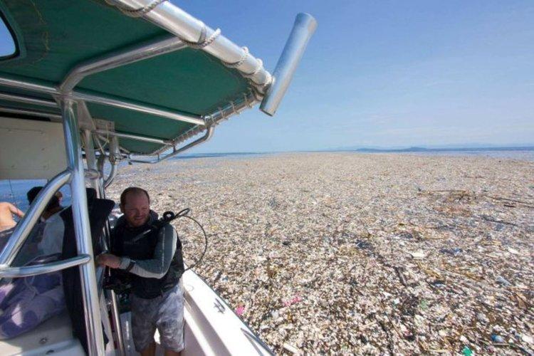 Остров боклук плава в Карибско море (видео)