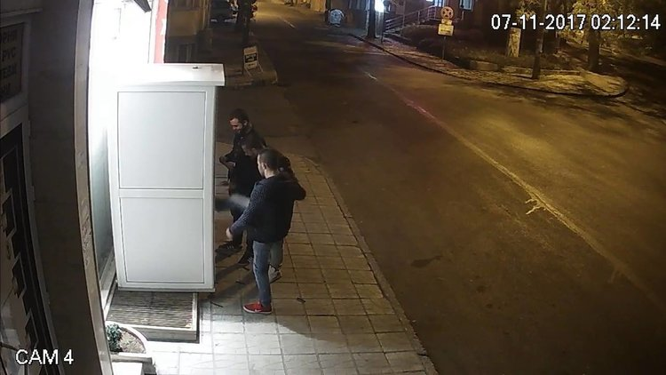 Камера засне младежи, които трошат кафе автомат в Хасково (видео)